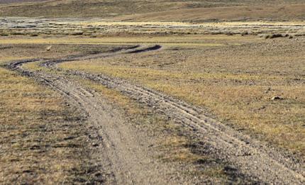 ถนนในเขตทะเลทรายส่วนใหญ่เป็นทางดิน