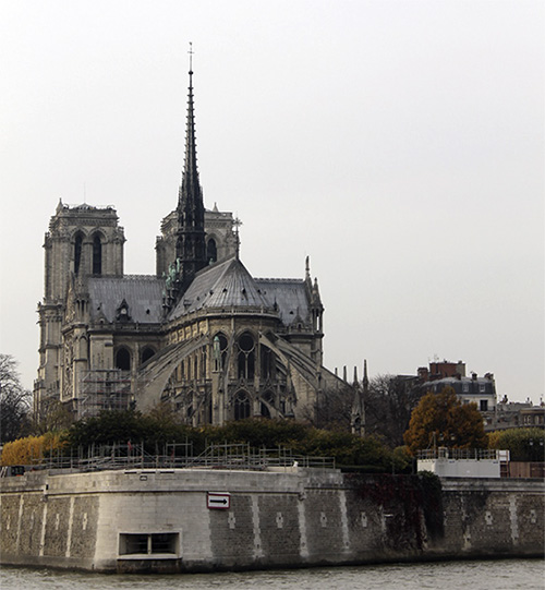มหาวิหารนอร์ทเทอร์-ดาม ตั้งอยู่บนเกาะกลางแม่น้ำแซนที่ชื่อว่า อีล เดอ ลา ซิติ (Ile de la Cité)