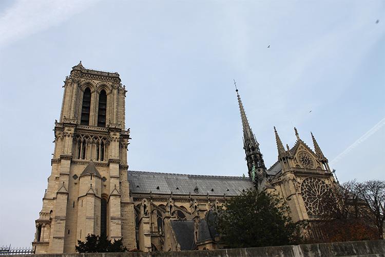 มองจากด้านข้างของมหาวิหารจะเห็นยอดแหลมของอาสนวิหารน็อทร์-ดามแห่งปารีส (Cathédrale Notre-Dame de Paris) อย่างชัดเจนและสวยงาม