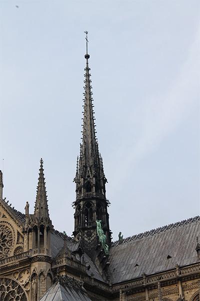 บริเวณยอดแหลมของ อาสนวิหารน็อทร์-ดามแห่งปารีส (Cathédrale Notre-Dame de Paris)