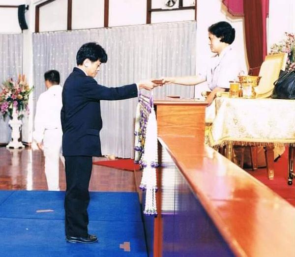 25 มิถุนายน 2546 รับเหรียญกาชาดสมนาคุณชั้นที่ 1 (ครบ 100 ครั้ง) จาก สมเด็จพระเทพรัตนราชสุดาฯ สยามบรมราชกุมารี